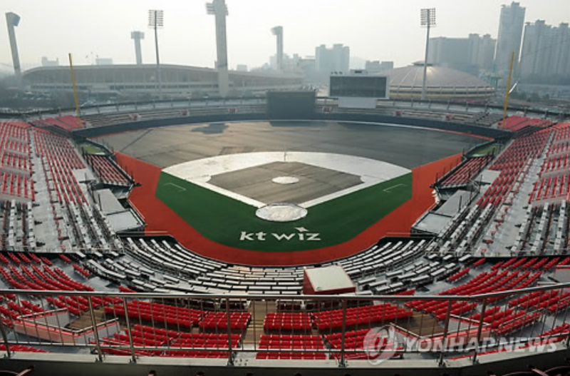 Baseball Stadium Provides Fine Dust Masks to Spectators