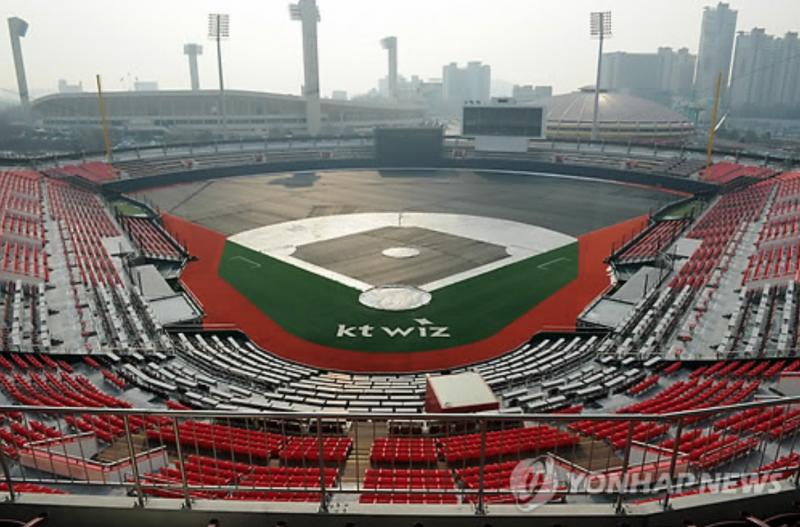 Baseball Stadium Provides Fine Dust Masks to Spectators