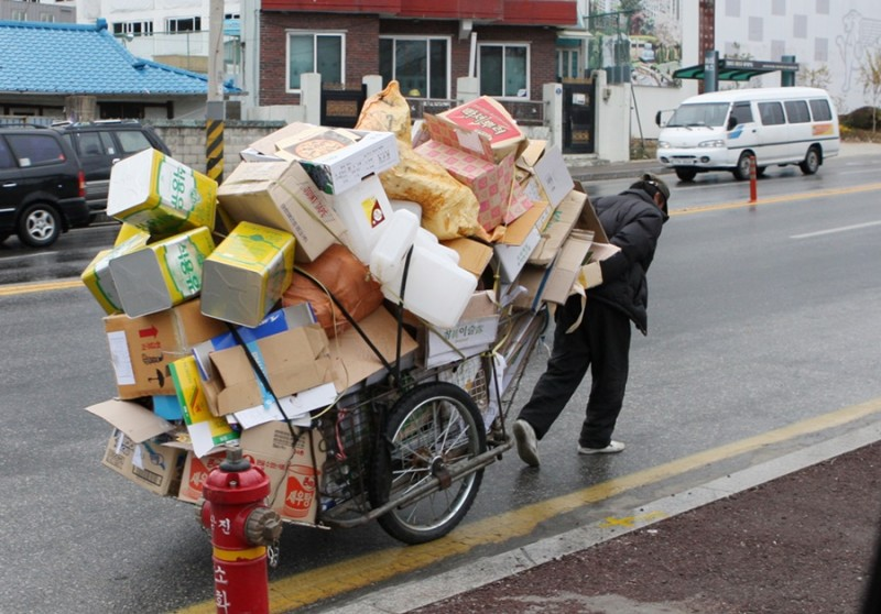Local Government to Assist Low-Income Seniors Collecting Scrap Paper