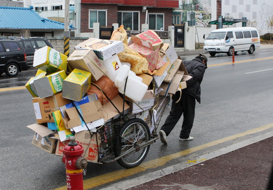 Low-income seniors collecting paper trash like cardboard, newspapers or magazines from the streets is not a rare sight in Korea. (image: Yonhap)