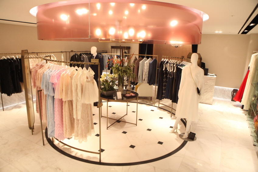 Lotte Department Store operates a premium rental boutique named Salon de Charlotte, which mainly caters to those wanting to borrow party dresses, fancy suits and jewelry. (image: Lotte Department Store)