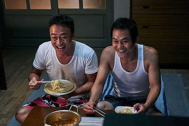 "Lee Sung-min (L) and Kim Sung-kyun in ""The Sheriff in Town."" (image: Lotte Entertainment)"
