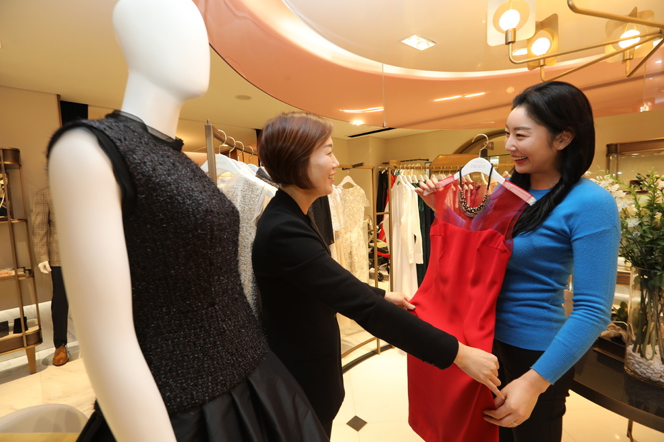 Lotte Department Store opened last July Salon de Charlotte, a fashion rental store, at its Myeongdong outlet, with a second shop opening at the company's Jamsil outlet earlier this month. (image: Lotte Department Store)