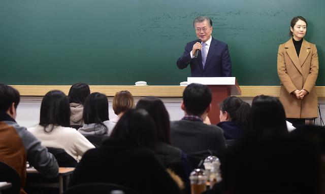 On February 6, 2017, then presidential contender Moon Jae-in visited a private academy for prospective public servants in Seoul, promising to bring new jobs to the public sector. (image: Yonhap)