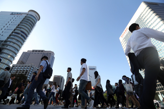 The newly published Nielsen report, which was conducted with the participation of 1,000 individuals aged between 19 and 70 last month, revealed South Koreans spend on average 67 percent of what they earn every month, while 48.8 percent said their current income was not enough to satisfy their ideal standard of living. (Image: Yonhap)