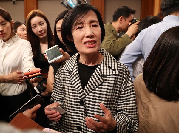 As newly-elected South Korean President Moon Jae-in taps the very first Minister of Patriots and Veterans Affairs, Pee Woo-jin, her story as a former lieutenant of sending her envoy in uniform at the request of an army commander for a female solider in 'pretty clothes' nearly 30 years ago serves as a reminder of how deeply entrenched sexism is in the South Korean military. (Image: Yonhap)