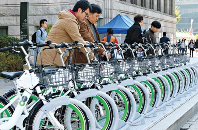 The Seoul government plans to raise the number of bicycles up to 20,000 this year with new docking stations set to be built near bus and subway stations, allowing for smoother transfers during journeys in the city. (Image: Yonhap)