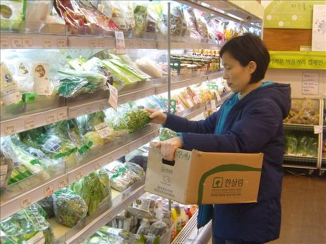 A customer shops for local foods at a store run by Hansalim, South Korea's biggest cooperative of consumers, located in Hwajeong, a city northwest of Seoul. (Image: Yonhap)