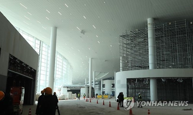 The auction for licensing to run the apparel and accessories store at the second terminal (T2) at the hub airport that is expected to open later in the year has been put off for a second time due to a lack of tenders, according to Incheon International Airport Corp. (IIAC) and duty-free operators. (Image: Yonhap)