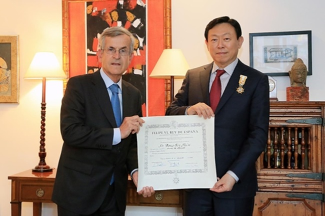 Despite a number of controversies surrounding the CEO of Zara Korea, high clothing prices, and little to no social contributions, soaring sales of the Spanish fashion brand in South Korea show no sign of peaking soon, with the chairman the of the company's local partner LOTTE awarded a royal medal by the King of Spain earlier this month.(Image: Yonhap)