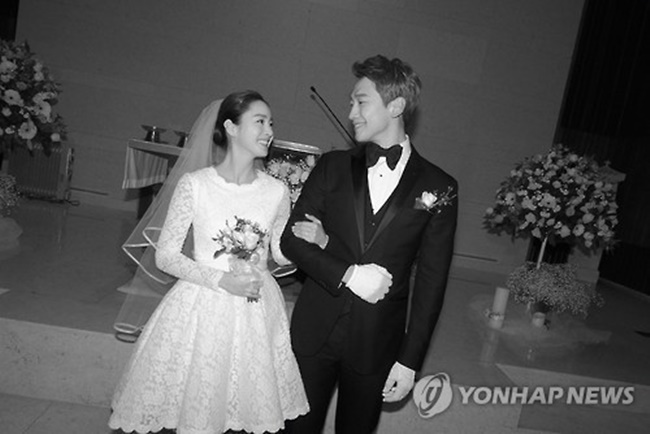In this photo provided by the Rain Company, singer-actor Rain and actress Kim Tae-hee smile during their wedding at Gahoe-dong Church in central Seoul on Jan. 19, 2017. (Image: Yonhap)