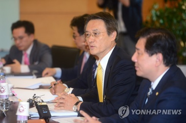 Lee Su-hoon (2nd from R), chair of the State Affairs Planning Advisory Committee's subpanel on security, speaks during a defense policy briefing at its office in Seoul on May 25, 2017. (Image: Yonhap)