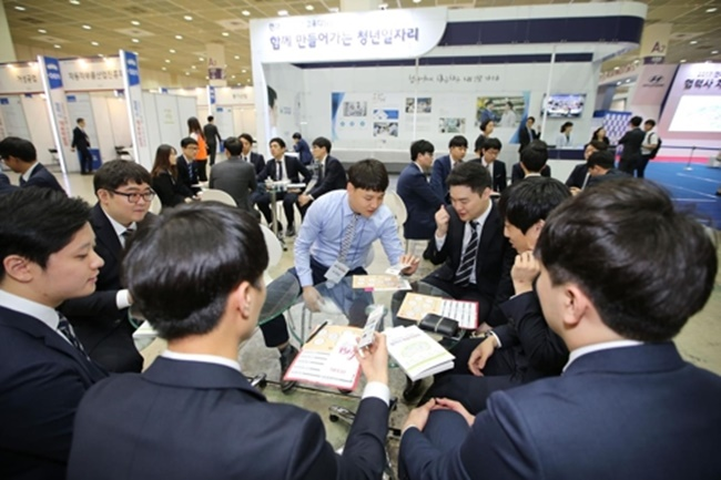 In this photo taken on May 29, 2017, jobseekers wait their turn for interviews with subcontractors of Hyundai Motor and Kia Motors in a job fair held at COEX exhibition hall in southern Seoul. (Image: Yonhap)