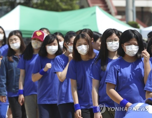 The Ministry of Environment (MoE) advises against leaving the windows open for too long on days with high airborne concentrations of fine dust, in order to stop fine dust particles from traveling indoors. (Image: Yonhap)