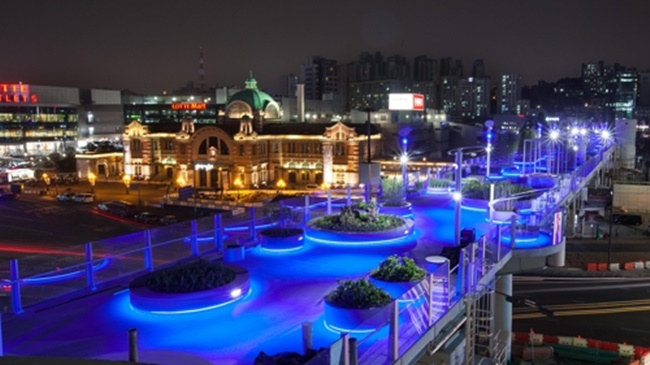 Designed to resemble the Milky Way by Dutch architect Winy Maas, the blue lamps that light up the old overpass overlooking Seoul station make a great spectacle at night, with additional RGB LED lamps capable of creating thousands of different hues that will be used for events and festivals. (Image: the Seoul Metropolitan Government)