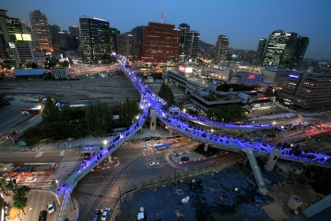 Every night the overpass-turned-walkway in front of Seoul Station will light up in blue to welcome local residents and visitors, with more than 1000 lamps dotted around the park-like walkway inspired by the famous High Line in New York. (Image: the Seoul Metropolitan government)