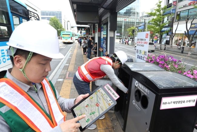 The new project will see IoT sensors installed on the inside of the lid of trash cans on city's main streets and in densely populated residential areas, devices that can keep a record of the amount of trash held in each trash can. (Image: LG Uplus)