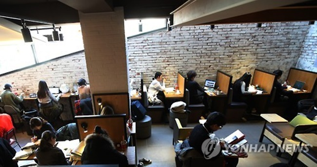 Using data gathered from a local social survey, the Gwangju Welfare Foundation found the average level of happiness among single households was 6.29 out of 10, over 0.5 points lower than multiple-person households. (Image: Yonhap)