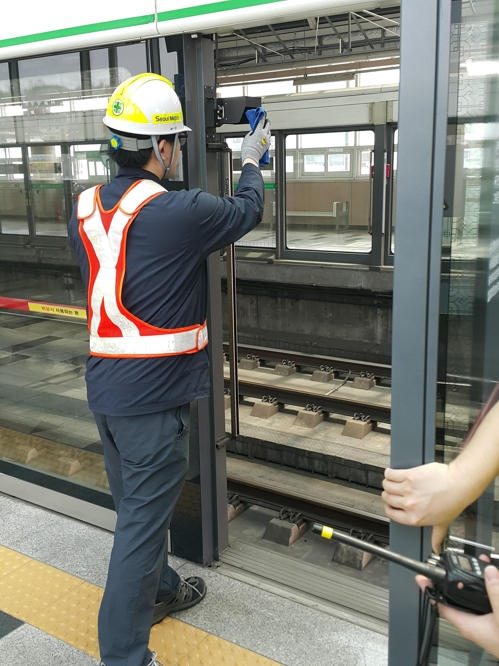 As of last month, the new laser sensor system was introduced at 12 stations in Seoul, with plans to follow suit in a further 41 stations by the end of next month. (Image: Seoul Metro)