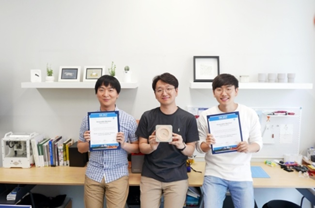 "The UNIST team received a thesis award at this year's Computer-Human Interaction conference from the Association for Computing Machinery for their the interactive table clock named ""Cuito"", which can interact with humans based on the information it gathers. (Image: UNIST)"