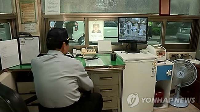 The lack of personal space has been criticized as one of the major problems facing janitors in the country, as the previously recommended size allows little to no room after accommodating a desk, a bathroom and parcels they are often expected to keep for apartment residents.(Image: Yonhap)