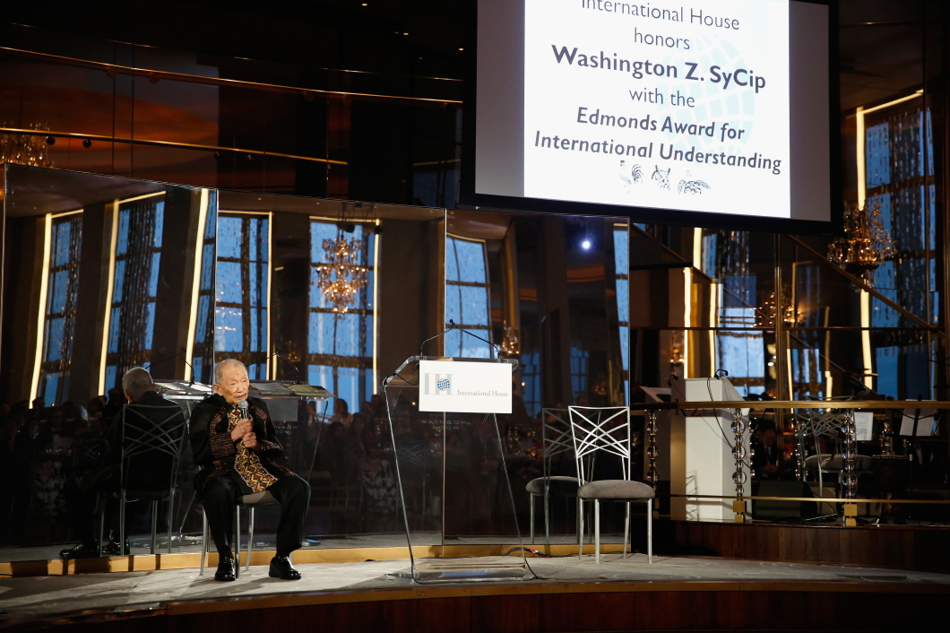 Washington Z. SyCip Accepting the Edmonds Award for International Understanding at the 2017 International House Awards Gala, May 4, 2017, in New York City. (image: International House)