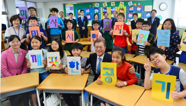 Moon revealed today his plan to temporarily close eight aged coal-fired power plants from next month for a period of one month during a visit to Eunjung Elementary School in Seoul, where he observed a special class on fine dust pollution alongside Seoul Mayor Park Won-soon as part of his 'president that visits' tour. (Image: Yonhap)