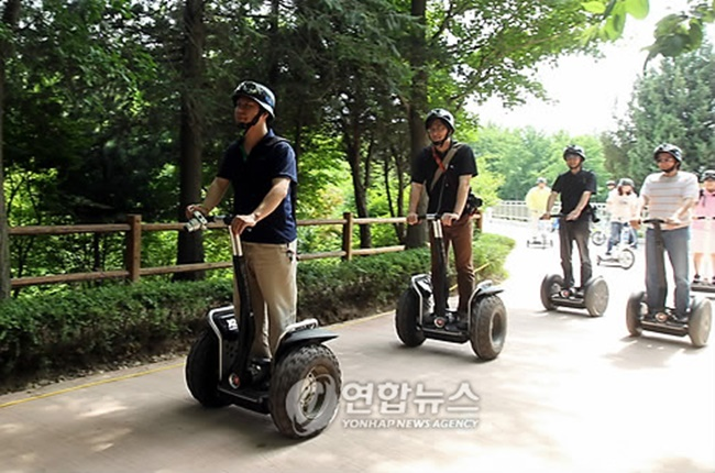When the research center conducted a survey of 799 individuals who own at least one type of personal transport, nearly one in five said they either had a dispute with other people while riding or experienced an accident in the past. (Image: Yonhap)