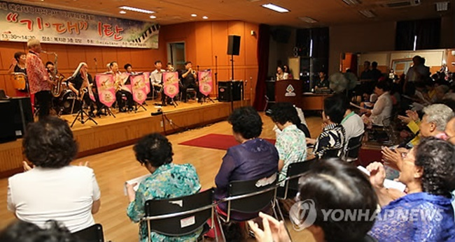 Under the 6 billion won budget proposed for this year, social contribution personnel who work around 40 t0 60 hours per month will receive 220,000 to 340,000 won as compensation, a sum that should be welcome to some retirees struggling on limited financial resources. (Image: Yonhap)