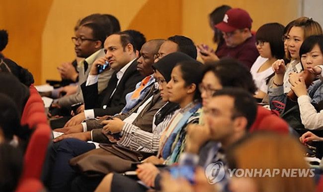 According to a survey released yesterday by the Institute of International Education at Kyung Hee University, over 30 percent of the 751 students from 46 countries surveyed said culture and arts are what makes South Korea great. (Image: Yonhap)