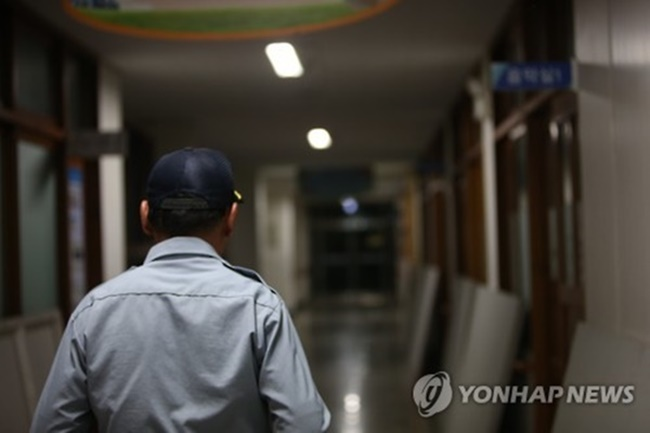A number of supportive measures at both the city and district level include a subsidy for construction companies that hire older janitors, while another measure requires new apartment building plans to include a bigger janitor's room than those previously built, in order to secure the well-being and safety of employees. (Image: Yonhap)