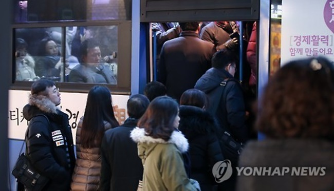 "Seoul's new congestion alert service, which comes in the form of bus information systems, a desktop website (http://bus.go.kr) and a mobile app called SeoulBus, tells public transport passengers how crowded their next bus will be, using three different stages including, ""relaxed"", ""normal"", and ""busy"". (Image: Yonhap)"