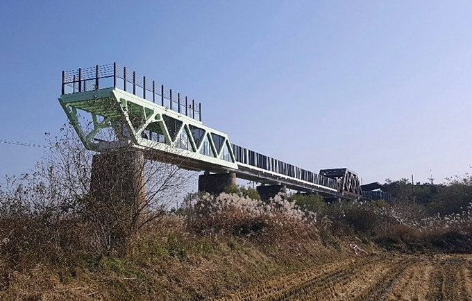 In December, the ministry finished a skywalk bridge on top of the remaining piers of the Dokgae Bridge, which once connected the north and south banks of the Imjin River. (image: Gyeonggi Province)