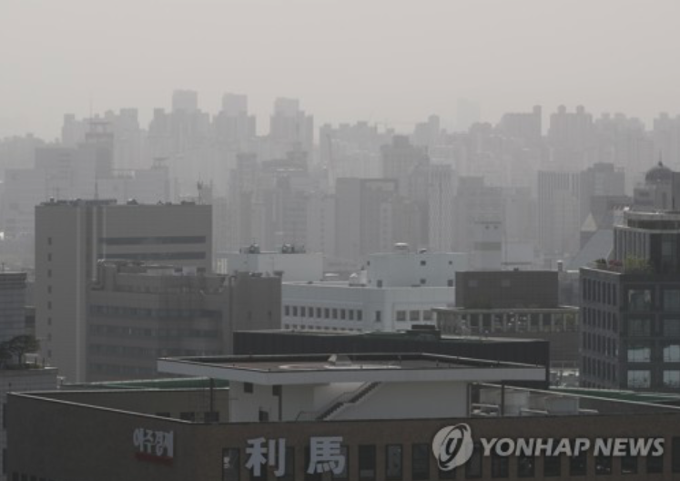 Murky air covers buildings and the cityscape in Seoul as the worst fine dust sweeps across the nation on May 6, 2017. (image: Yonhap)