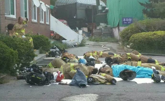 "Photo of Worn-out Firefighters ""Taking Five"" Goes Viral"