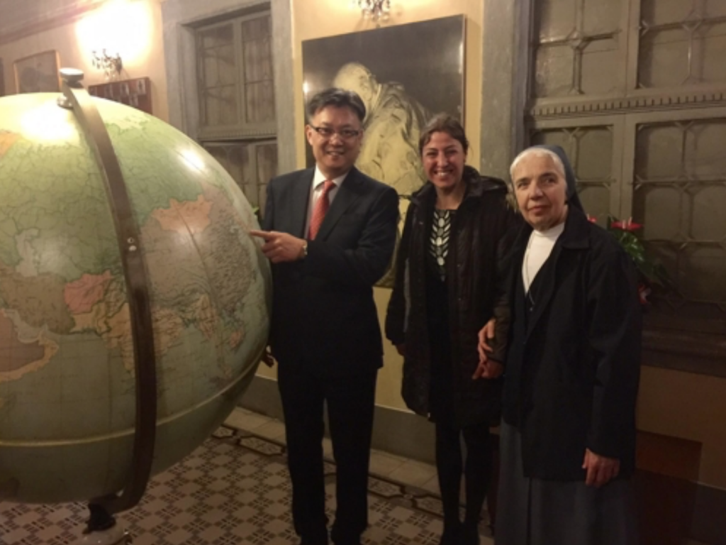 "South Korean Consul General in Milan Chang Jae-bok (L) and art conservationist Nella Poggi, attend a press conference at the town hall of Sotto il Monte Giovanni Ventitre near Italy's Bergamo on April 28, 2017, to mark the completion of the restoration of a globe at a museum dedicated to Pope John XXIII by using the Korean traditional paper ""hanji."" (image: Yonhap)"