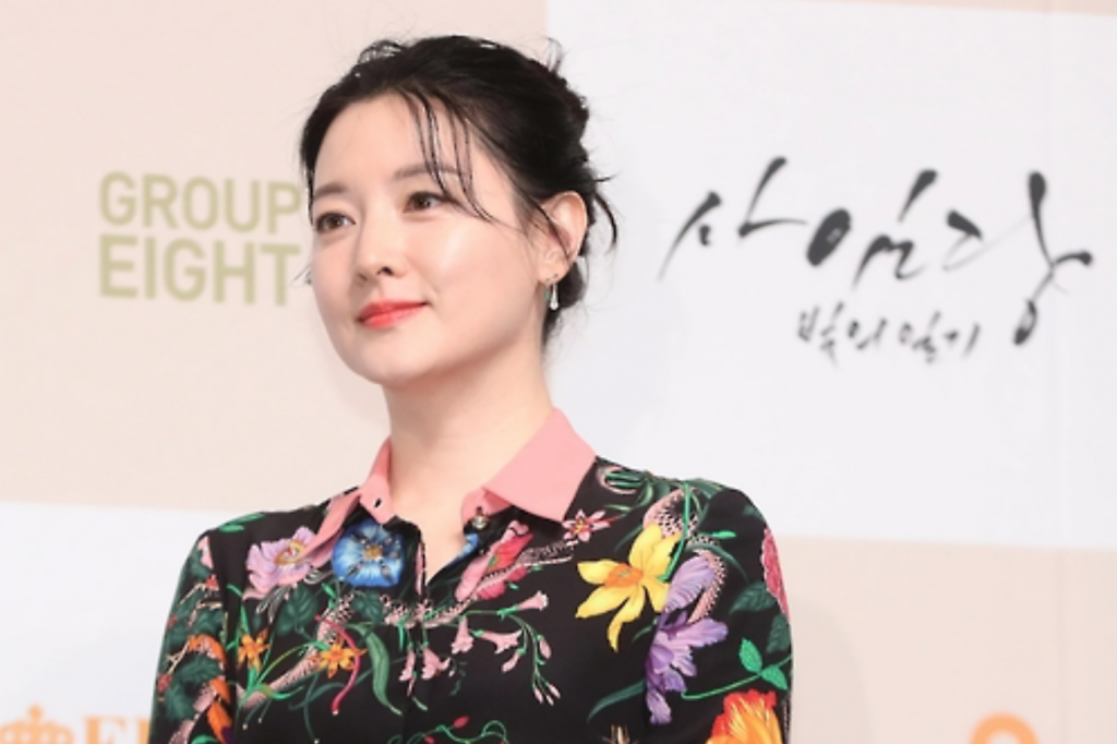"""Lee Young-ae, star of SBS TV show """"Saimdang, Memoir of Colors,"""" poses for the camera during a media event held Jan. 24, 2017, at the Lotte Hotel in Seoul. (image: Yonhap)"""