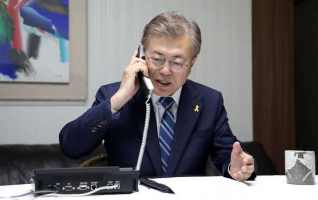 President Moon Jae-in holds a telephone conversation with Lee Sun-jin, Army general and chairman of the Joint Chiefs of Staff, at his home in Seoul on May 10, 2017. (image: Cheong Wa Dae)