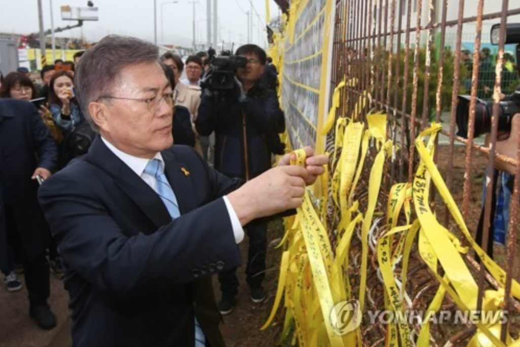 "On April 6, he visited Mokpo Port, where he hung a yellow ribbon (a symbol for the victims) on which he wrote ""We will salvage the truth until the end, so that the remaining victims can return to their families."" (image: Yonhap)"