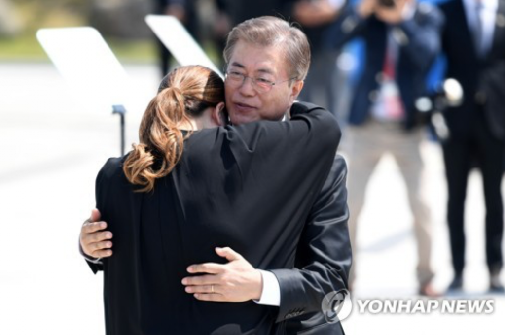 President Moon Jae-in comforts a bereaved family member, Kim So-hyung, during an annual ceremony at the Gwangju May 18 National Cemetery on May 18, 2017, to mark the 37th anniversary of a pro-democracy uprising that took place in the city. Hundreds of citizens were killed in the city during their protests against the military junta of Chun Doo-hwan in May 1980. (image: Yonhap)