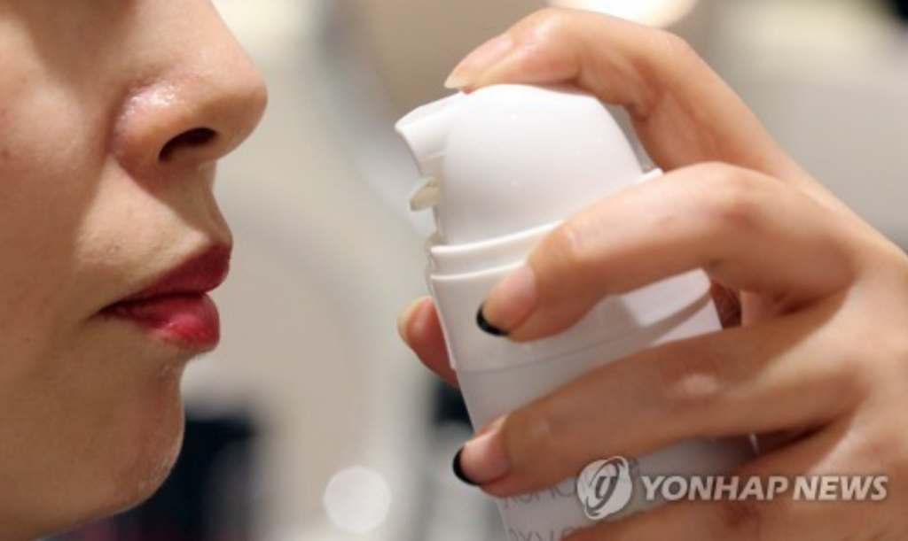 Sales of oxygen cans have skyrocketed in recent years with growing concerns over fine dust and ultrafine particles that are frequently blanketing South Korean skies. (image: Yonhap)