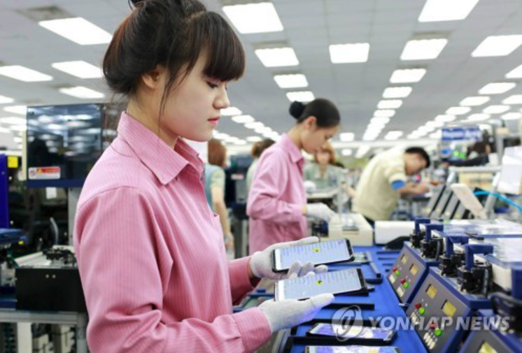 Samsung Electronics' strong business in Vietnam is said to have been driven by brisk sales of its latest flagship smartphones: the Galaxy S8 and the Galaxy S8 Plus, whose global sales have reached 5 million units in less than a month after their official release. (image: Yonhap)