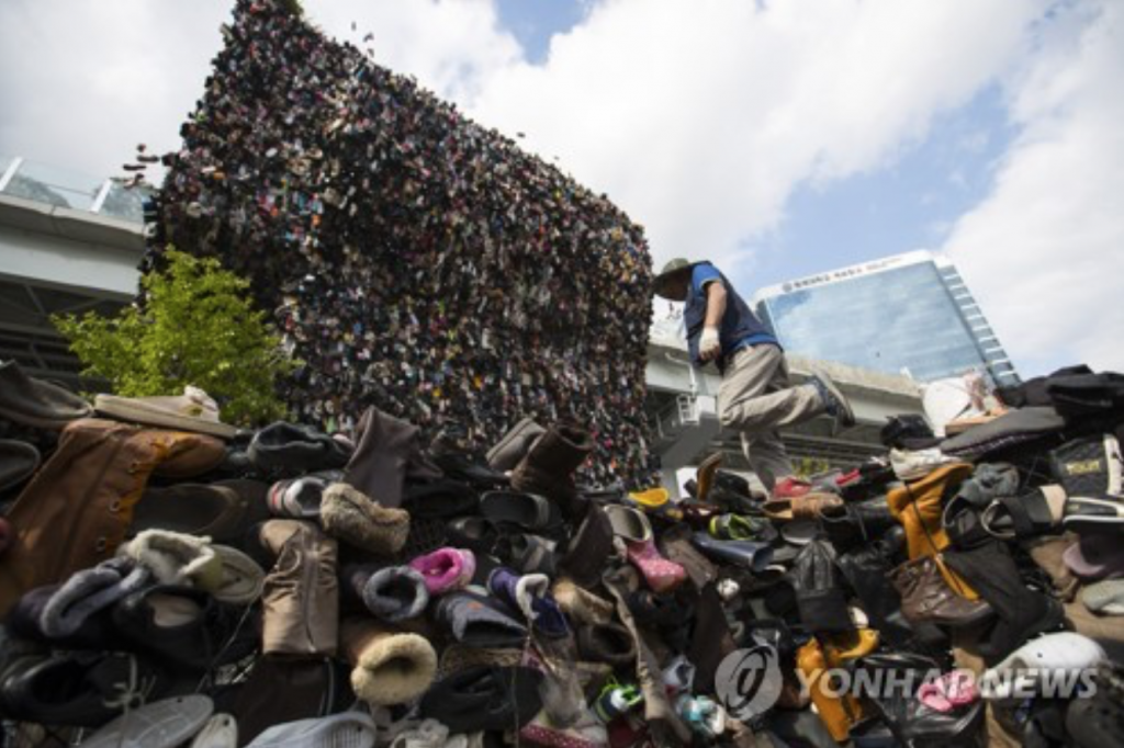 Dubbed the Shoes Tree, some 30,000 pairs of (mostly) old and donated shoes are erratically piled up on top of each other. (image: Yonhap)