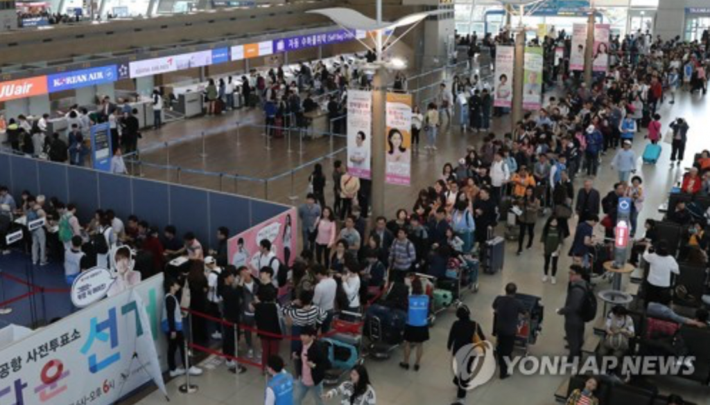 Dozens of people stand in lines at Seoul's Incheon International Airport on May 4, 2017 to cast their ballots in early voting for the upcoming presidential election before embarking on trips over the three-day Children's Day weekend. (image: Yonhap)