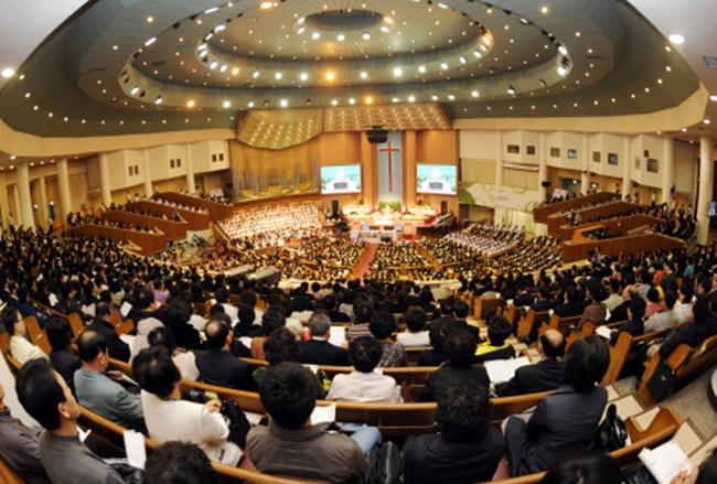 People attend Easter service in Yoido Full Gospel Church in Seoul on Sunday. (Image: Yonhap)