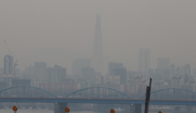 According to a survey conducted by Gallup Korea in celebration of World Environment Day next Monday, only 37 percent of the respondents said they wear a mask when a fine dust warning is issued, leaving more than six in ten people exposed to the harmful effects of fine dust particles on their health.(Image: Yonhap)