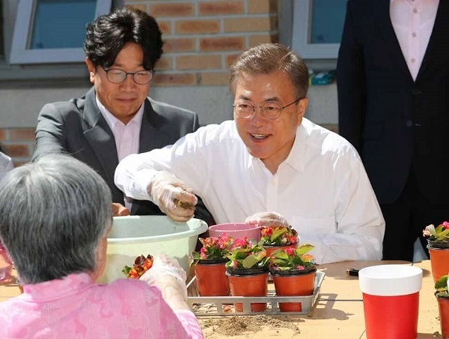 President Moon Pledges to Tackle Dementia