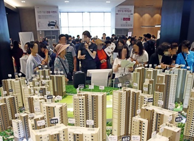 The value of homes in the country stood at over 3,732 trillion won (US$3.32 trillion) as of late last year, up 17.7 percent or 560.6 trillion won from late 2013, according to figures by the Bank of Korea. (Image: Yonhap)
