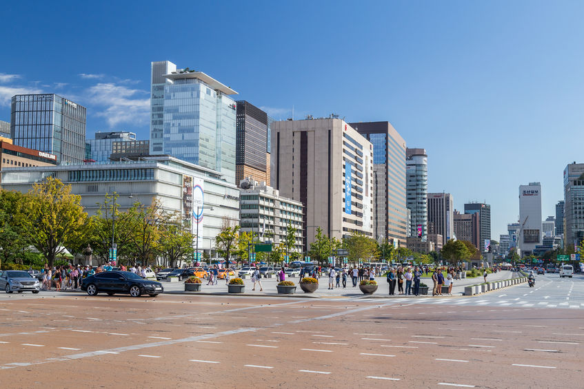 If the Seoul government decides to move forward, the groundbreaking city planning proposal is expected to completely reshape Gwanghwamun Square, which now faces both the Sejong Center for the Performing Arts and the American embassy. (Image: Kobiz Media)