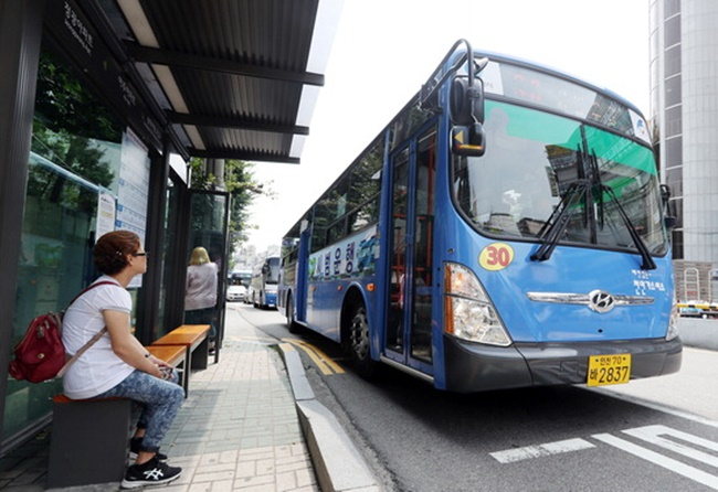 Seoul's decision to offer free public transport comes after the municipal government announced ten measures to help tackle the growing problem of fine dust earlier this month, some of which will go into effect in July. (Image: Yonhap)